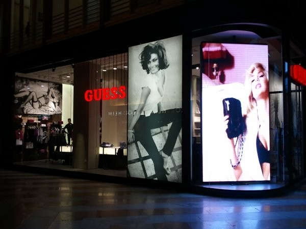 Ledwall di Informasistemi al mega store Guess di San Babila, Milano